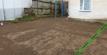 Подготовленный под газон участок