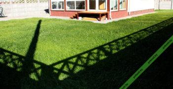 Вид на газон перед домом